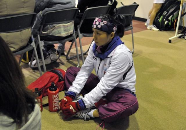 試合前に念入りにストレッチをする松井選手